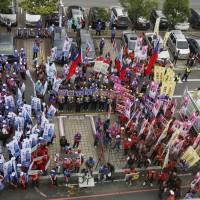 台灣高雄藍綠立委參選人登記「狹路相逢」 選委會前火爆叫陣
