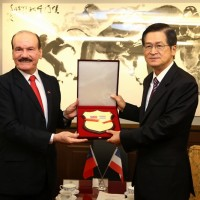 Taiwan honors Paraguay's minister of defense