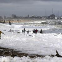 印度清奈海灘湧現雪白泡沫 專家:有毒別接觸!