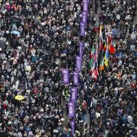 【更新】香港泛民區議會勝選後首次遊行 民陣估有80萬人參與