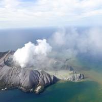 圖為紐西蘭白島9日火山爆發後的景象 (美聯社)