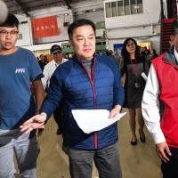 遠航董事長張綱維(中) 今天舉行記者會說明公司情況(中央社)