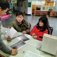 滯留西班牙38年的陳男妹妹陳秀蘭(右),日前向移民署台東服務站專員陳允萍(左)求助,代兄辦理返國相關文件。中央社