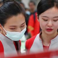 遠東航空無預警宣布13日起停飛,台北松山機場遠航櫃檯12日湧入大批退票民眾,現場有服務人員一度急得落淚。中央社