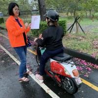 移工「撞況」頻傳   台灣屏東縣交通隊製外語標語宣導