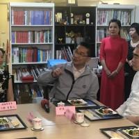 內政部長徐國勇(左二)及移民署長邱豐光(右一)隨移民署行動關懷列車,拜訪新住民王群(左一)的滷味店,一起品嚐美味的滷味小吃話家常。(圖/ 移民署)