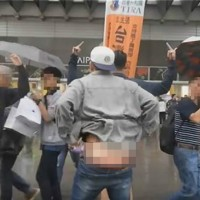 Videos shows Chinese tourists busted for mooning Taiwan independence supporter
