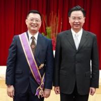 卓越貢獻促台星關係  外交部頒贈新加坡駐台代表「大綬景星勳章」