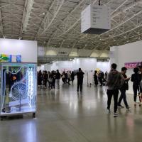 走到鐵腿!台北當代藝術博覽會聚99家畫廊 創意探討科技生態議題