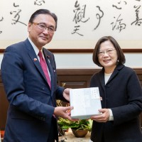 Keiji Furuya (left) and Tsai Ing-wen. (Presidential Office photo)