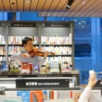 台灣小提琴家林品任•日本快閃演出 東京誠品書店突現悠揚琴聲