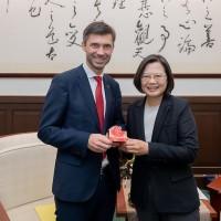 President Tsai meets EU representative to Taiwan, pushes for investment deal