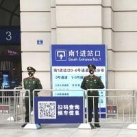 湖北武漢23日起封城, 漢口火車站入口, 出現戴口罩戒備的武警 (美聯社)