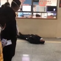 Pneumonia patient passed out in Wuhan hospital. (Epoch Times Video Screenshot)