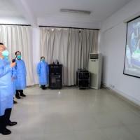 中國總理李克強赴武漢 全副武裝視訊醫護人員