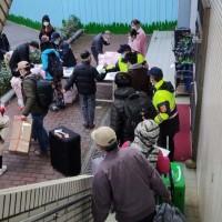 【武漢肺炎】首批包機回台246人解除隔離「出關」 陸配:中國防疫跟台灣「沒得比」