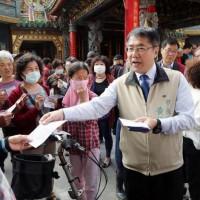 臺南市分送防疫折頁   籲勿僱用非法移工避免受罰