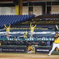 【武漢肺炎】路透報導: 台灣防疫相對成功 職棒、足球賽事照常舉行
