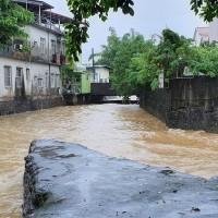 【更新】氣象局27日針對台灣多地發布豪雨特報 屏東、高雄均傳淹水災情