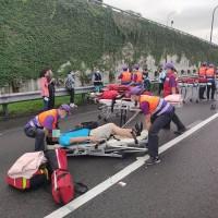 【快訊】國道天雨釀車禍 物流聯結車與國光客運碰撞、1司機7乘客送醫