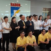 Vice President Lai visits C. Taiwan to thank mask manufacturers