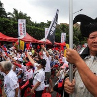 Retired professor threatens Taiwanese president during rally