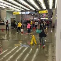 【更新】台灣中央氣象局針對17縣市發布大雨特報 台鐵台中站大廳一度積水