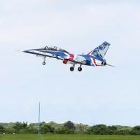 【更新】台灣「國機國造」歷史新頁! 勇鷹高教機上午首飛成功、「前輩」IDF戰機衝場致意