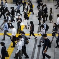 【他山之石】日本大和市創首例:禁止「邊走邊滑手機」 台灣「低頭族」也成交通隱憂