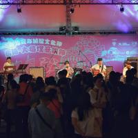 台灣大稻埕音樂節老派娛樂時尚 上千樂迷湧進台北霞海城隍廟前