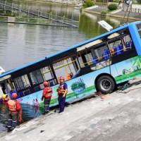 房子遭拆遷心生不滿 中國貴州公車司機開車衝湖釀21死