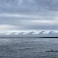 整排「哥吉拉」海上遊行? 日本北方津輕海峽驚現怪雲