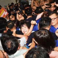 【更新】台灣立法院今審查監察院長陳菊案 藍綠立委爆衝突濺血