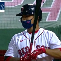 Taiwanese MLB player draws media attention for batting with face mask