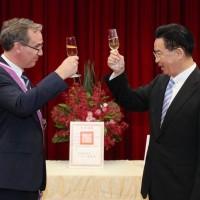 瑞典駐台灣代表將離任 外交部贈勳