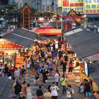 Face masks uncommon sight at Taiwan night markets