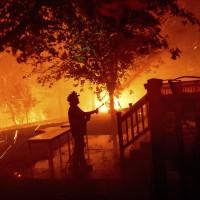 美國加州野火燒不盡 州長向「全球最佳野火消防員」求助