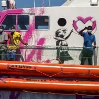 這回不塗鴉 英國神秘畫家班克西買船救難民