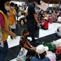 Crowded Taipei Main Station lobby floor triggers controversy again
