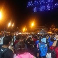 【台灣迎雙十】國慶煙火晚間8時台南「漁光島」登場•施放33分鐘 逾42萬人次湧入•攝影機腳架卡位陣仗大