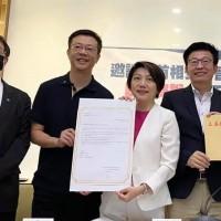 Taiwan legislators pen letter inviting Abe to visit nation next year