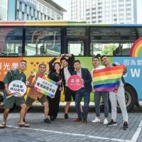 台灣彩虹巴士同志大遊行啟程 滿載溫暖親情驚喜現身