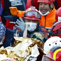 【愛琴海強震】握住了再不放手 3歲女孩奇蹟生還畫面令人動容