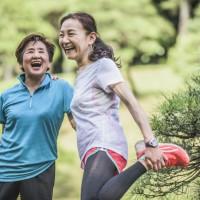 銀髮族走路步伐變小、身體痠痛?台灣骨鬆協會: 簡單三動作測量自我行動力 揪出骨鬆風險