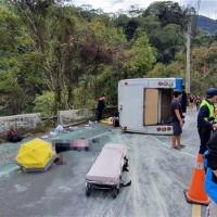 更新【突發】台灣南投奧萬大中型巴士翻車•1死20人輕重傷 疑剎車失靈釀禍