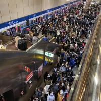 台北捷運板南線列車異常急煞 車廂驚傳異味 1200位乘客擠爆龍山寺
