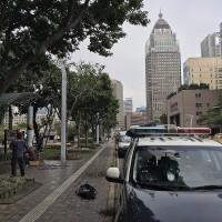 【更新】台北市政府廣場附近公園•驚傳外籍男吊掛輕生 台灣警方調查釐清