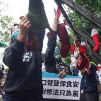 【美豬進口爭議】台灣立法院24日處理萊豬行政命令 民眾黨掛耶誕襪求食安•藍委睡街頭展現反對決心