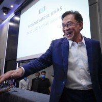 Malaysia's Anwar meets king in bid to form new government