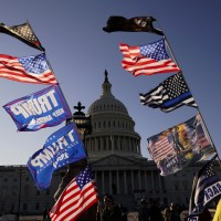 美國總統大選爭議未歇!數萬川普支持者華府外遊行抗議 反川人士傳毆川粉